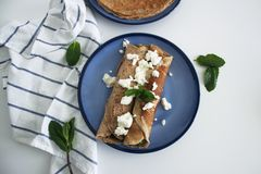 自创全麦菠菜和乳清干酪填装了薄煎饼 库存图片