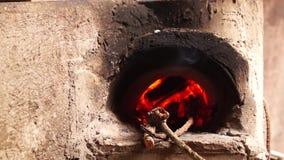 自创具体木头在肮脏的厨房里射击了火炉 股票视频