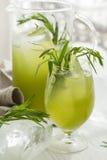 自创冷的柠檬水用龙蒿龙篙在白色木桌离开 Wite背景 库存照片