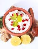 自创凝乳米南印地安食物用石榴 图库摄影