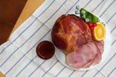 自创切的蜂蜜腌火腿火腿用桔子、樱桃、甜椒和蜂蜜调味汁 库存照片