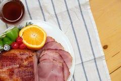 自创切的蜂蜜腌火腿火腿用桔子、樱桃、甜椒和蜂蜜调味汁 免版税库存照片