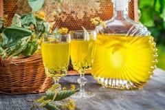 自创利口酒由蜂蜜制成和石灰在夏天从事园艺 免版税库存照片