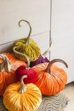 自创南瓜为万圣夜 装饰的假日专属设计师南瓜万圣夜 很好的南瓜由条绒制成 免版税图库摄影