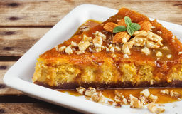 自创南瓜乳酪蛋糕用杏仁和核桃 免版税图库摄影