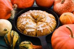 自创南瓜酥皮点心 与suga的传统三角烤饼 库存图片
