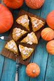 自创南瓜酥皮点心 与suga的传统三角烤饼 免版税库存图片