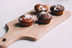 自创可口巧克力松饼特写镜头,水平 免版税库存图片
