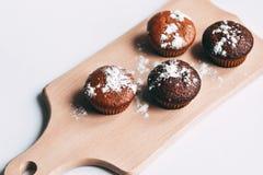 自创可口巧克力松饼特写镜头,水平 库存图片