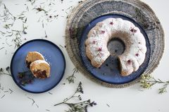 自创可口重糖重油蛋糕洒与糖粉 免版税库存图片