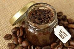 自创咖啡在黄麻大袋和咖啡b的一个玻璃瓶子洗刷 免版税库存图片