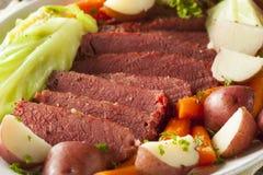 自创咸牛肉和圆白菜 免版税库存照片