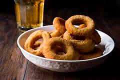自创嘎吱咬嚼的油煎的洋葱圈用啤酒 库存图片
