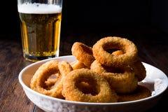 自创嘎吱咬嚼的油煎的洋葱圈用啤酒 免版税库存照片