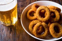 自创嘎吱咬嚼的油煎的洋葱圈用啤酒 免版税库存图片