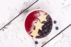 自创圆滑的人用苹果和蓝莓 库存照片