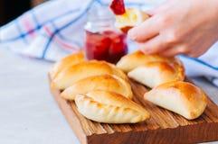 自创土豆充塞了empanadas用在一木backg的番茄酱 免版税库存图片