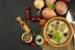 自创土豆汤用蘑菇 碗用在木桌上的土豆汤 食物例证厨房准备向量妇女 免版税库存图片