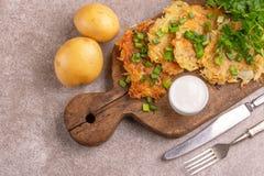 自创土豆薄烤饼或马铃薯饼光明节庆祝食物与