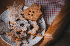 自创圣诞节姜饼和linzer曲奇饼用果酱,搽粉的,接近的,软的阴霾作用,葡萄酒 库存图片