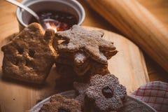 自创圣诞节姜饼和linzer曲奇饼用果酱,搽粉的,接近的,软的阴霾作用,葡萄酒 免版税库存照片