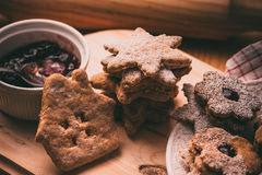 自创圣诞节姜饼和linzer曲奇饼用果酱,搽粉的,顶面平的看法,阴霾作用,葡萄酒 库存照片