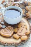 自创圣诞节姜饼曲奇饼和焦糖糖果与一杯咖啡,在木板,垂直 免版税图库摄影