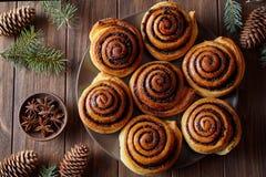 自创圣诞节烘烤桂皮卷小圆面包用香料 新近地烘烤 顶视图 欢乐的装饰 库存照片