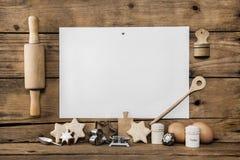 自创圣诞节的曲奇饼 烘烤与食谱拥有饼干 求爱 免版税库存图片