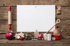 自创圣诞节的曲奇饼 烘烤与食谱拥有饼干 求爱 库存照片