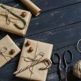 自创圣诞节礼物、糖果、坚果、葡萄酒老剪刀和麻线 免版税库存图片