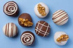 自创块菌状巧克力 天花板在蓝色tabl的糖果球 图库摄影