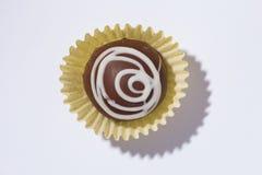 自创块菌状巧克力 糖果球平的位置在白色选项的 免版税库存图片