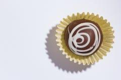 自创块菌状巧克力 糖果球平的位置在白色选项的 库存照片