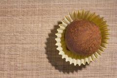 自创块菌状巧克力 糖果球平的位置设计  免版税库存照片