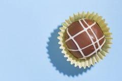 自创块菌状巧克力 糖果顶视图在蓝色backgroun的 库存照片