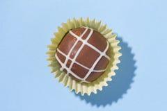 自创块菌状巧克力 糖果顶视图在蓝色backgroun的 免版税库存照片