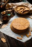 自创堆俄国传统蜜糕被烘烤的层在烘烤的纸的在木土气桌上 库存照片