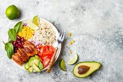 自创墨西哥鸡面卷饼碗用米,豆,玉米,蕃茄,鲕梨,菠菜 炸玉米饼沙拉午餐碗 免版税图库摄影