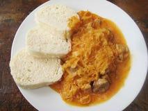 自创墩牛肉用肉圆白菜和饺子 免版税图库摄影