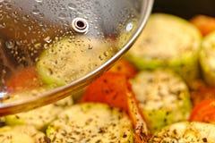 自创夏南瓜用蕃茄和乳酪在铁平底锅油煎了 关闭理想的早餐 免版税库存图片
