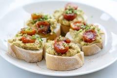 自创多士三明治用鲕梨、西红柿和绿色莳萝在白面包,健康食品概念早餐 免版税库存照片