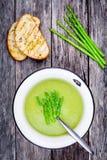 自创奶油色汤用芦笋和敬酒的ciabatta 免版税库存照片