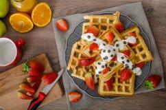 自创奶蛋烘饼用枫蜜和草莓 图库摄影