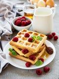 自创奶蛋烘饼用莓果 免版税库存图片