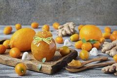 自创姜、柠檬和金桔在一个玻璃瓶子阻塞 库存照片