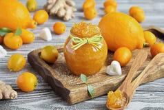自创姜、柠檬和金桔在一个玻璃瓶子阻塞 免版税库存照片