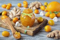 自创姜、柠檬和金桔在一个玻璃瓶子阻塞 免版税图库摄影
