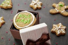 自创姜给曲奇饼上釉入棕色礼物盒 图库摄影
