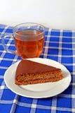 自创姜饼冠上了用在一块白色板材的巧克力用茶 图库摄影